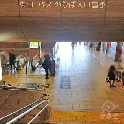 階段かエスカレーターで1階分下ります。