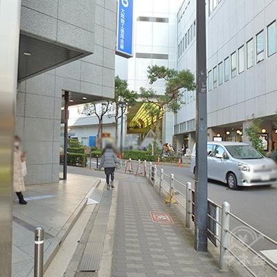 左は三井住友銀行です。歩道が途中で鈍角で左に曲ります。