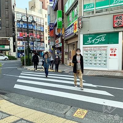 左手に短い横断歩道があるので渡ります。