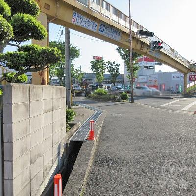 河内長野警察署前交差点を左へ曲がり歩道橋の下を進みます。