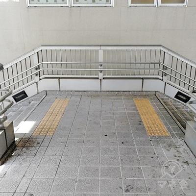 階段を下りると、左右に分かれる階段があるため、左に曲がります。
