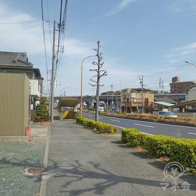 150mほど歩き、信号機のある交差点を右折します。