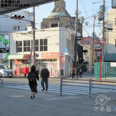 左斜め方向の横断歩道を渡ります。