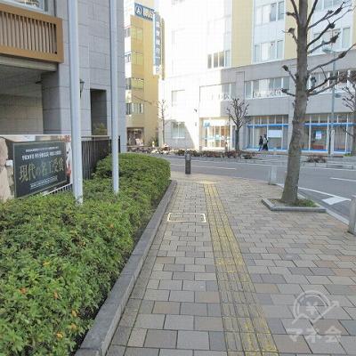 黄色の点字タイルに沿って左の建物が途切れるまで進みます。
