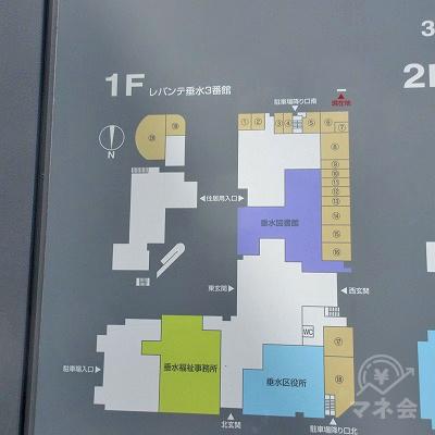 横断歩道を渡り、建物右に案内板があります。