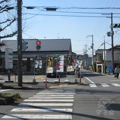 交差点に出ます。ファミリーマート側に渡らず、左へ進みます。