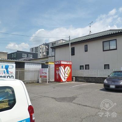 駐車場の最も奥にアイフルの赤いボックス型の独立店舗があります。