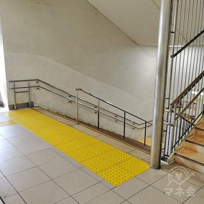 階段を下りましょう。