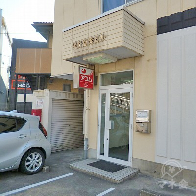 建物左手に視線を移すと、アコムの小さな看板と入口が見えます。
