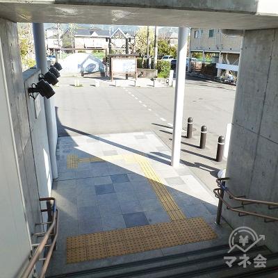 階段で地上におりたら、右手に向かいます。