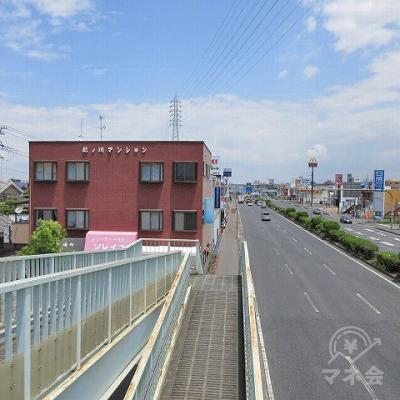 歩道橋を下り、紀ノ川マンションを左手に進みます。