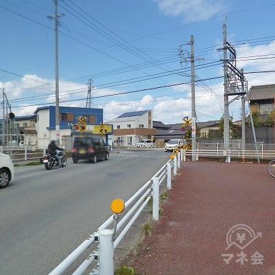 駅前の道を右折します。