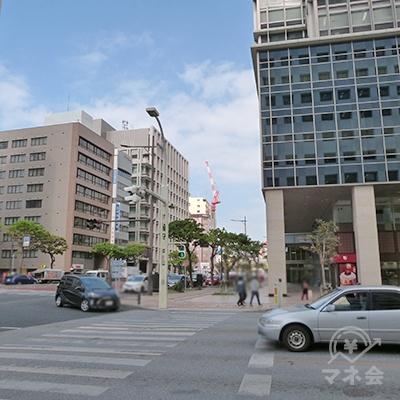 50mほど進むと国道58号線にぶつかる久茂地交差点がありますので、沖縄タイムスビル方面へ横断歩道を渡ります。