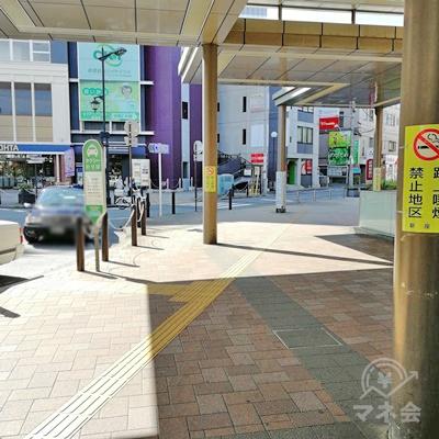 タクシーのりばの右の道を歩きます。