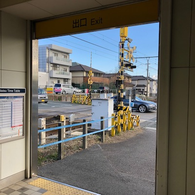 名鉄名古屋本線の御油駅改札を抜けて建物の外に出たら右折します。