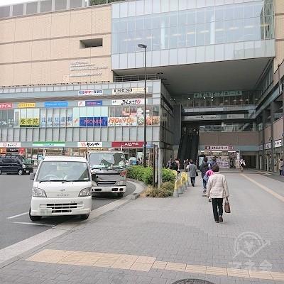 正面の建物「鶴見シークレイン」を目指します。