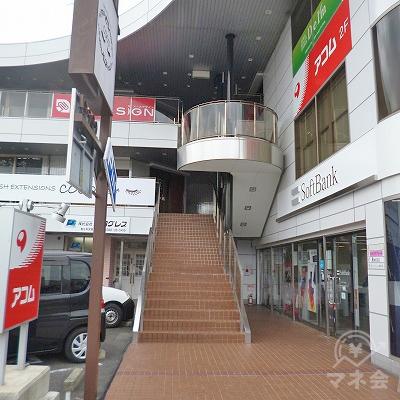 アコムは2階にありますので、正面の階段を上ります。
