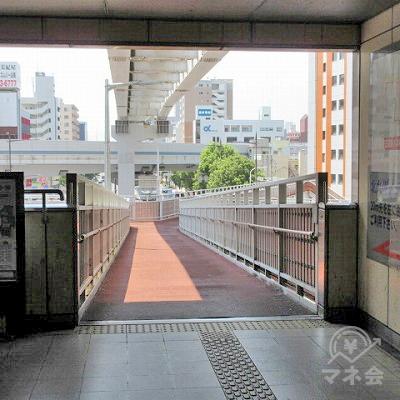 正面の歩道橋を進みます。