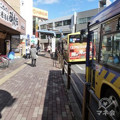 地上に下りると続いて、バス停の前を通ります。