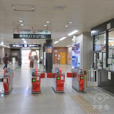 地下鉄 空港線天神駅東改札を出ます。