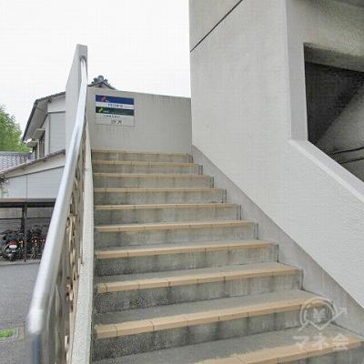 こちらの階段から2階に上り、直接プロミスに行くこともできます。