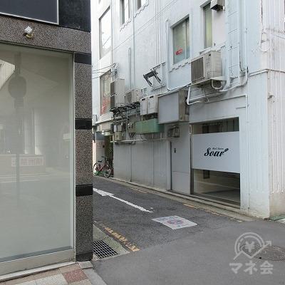 アイフルの看板があった建物を超えてすぐ、左へ曲がります。