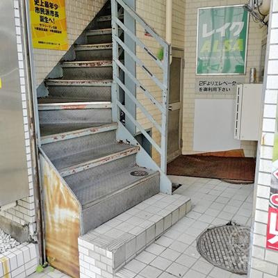 入口近くに階段があります。エレベーターは2階から設置されています。