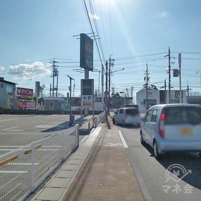セブンイレブンの先にある信号機の交差点を左折します。