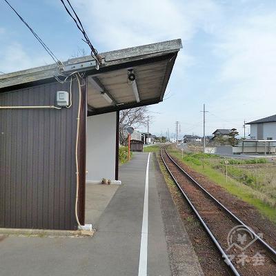 無人駅で、改札口はありません。
