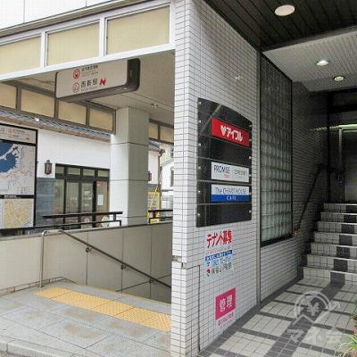 駅を出てすぐ左側に目的地建物の入口があります。