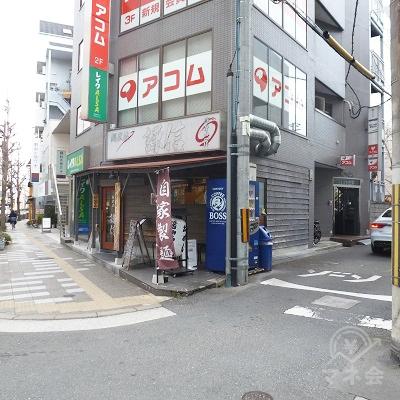 ビル入口は右手の脇道にあります。右折し脇道に入ります。