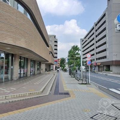 駅からロータリーを半周したところで左に曲がります。