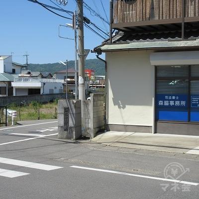 右手に森脇事務所があります。ここで横断歩道を渡ります。