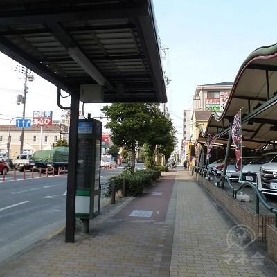 バス停「鶴見5丁目」を過ぎると、行く手にアコム看板が見えてきます。