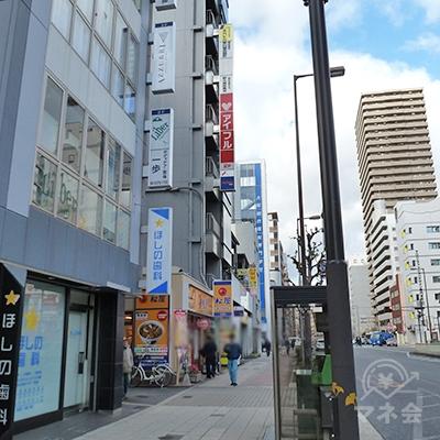 「松屋」が見えたら、その右のビルにプロミスがあります。