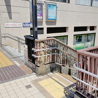 右に歩くと階段が2つあります。手前の階段を下りましょう。