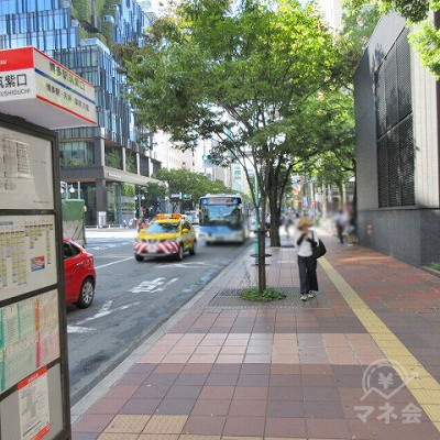 筑紫口通りに出たら、博多駅筑紫東口のバス停を左手に進みます。