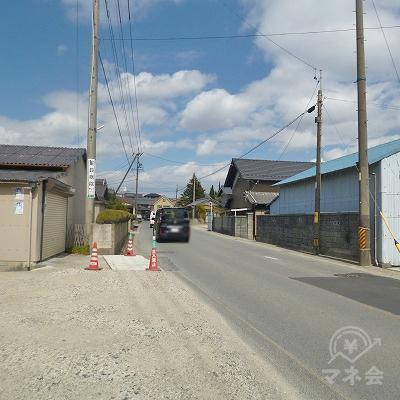 線路を渡り、道なりに300mほど歩いてください。