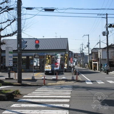 交差点に突き当たります。ファミリーマート側に渡らず、左へ進みます。