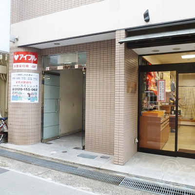 ビル入口は和服店の左。アイフル店舗はビル4階です。