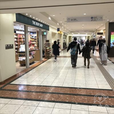 正面にフレッシュフードマーケットと表示がある黄色い菓子店があります。