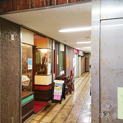 2階、喫茶店の奥にアコムがあります。