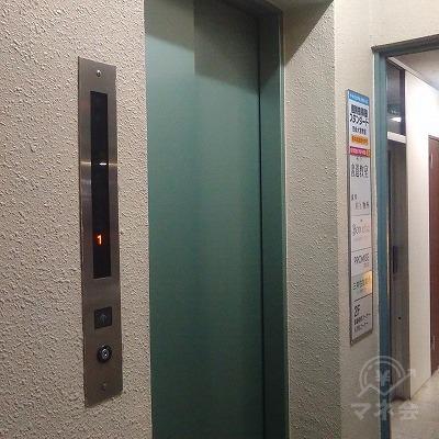 建物に入り、左手にエレベーターで2階へ上がります。
