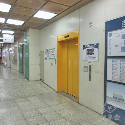 右側に黄色のエレベーターがあります。アイフルは3階にあります。