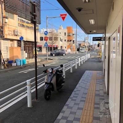 名鉄豊川線の諏訪駅を出たら右方向へ進んでください。