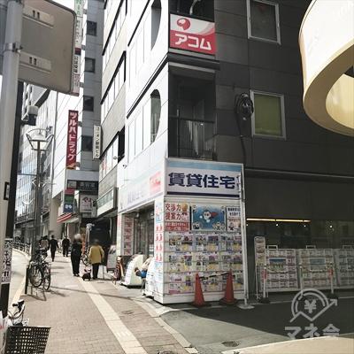 看板のあるビルの不動産屋の手前を右に曲がって路地に入ります。