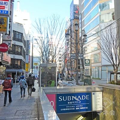 みずほ銀行の角を曲がり、モア4番街を進みます。