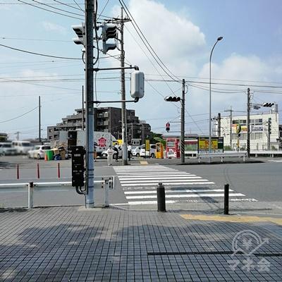突き当たりに信号があります。信号を渡って左の道を歩きます。