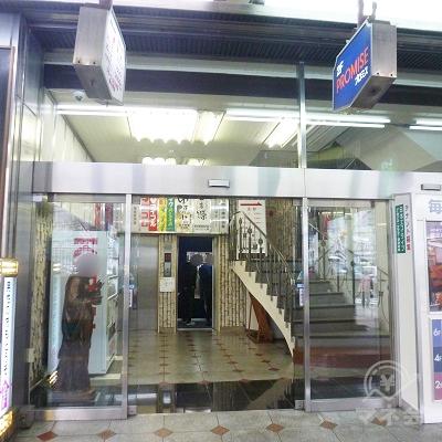 ビル入口です。エレベーターが2基設置されています。
