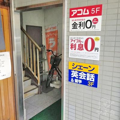 右側に入口があります。アコムは5階です。